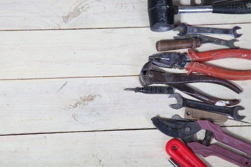 Les outils pour des réparations se trouve sur les conseils blancs photo libre de droits