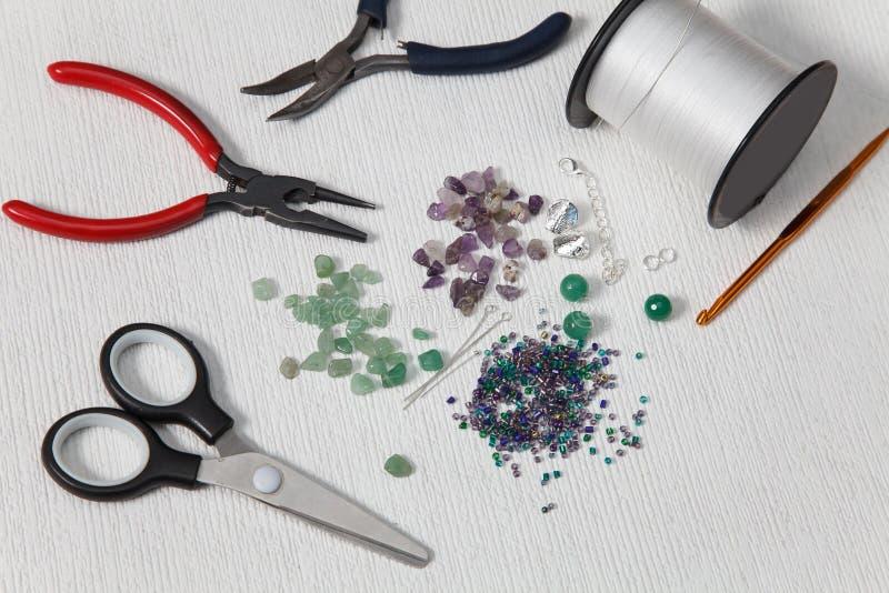 Les outils pour faire perle à la maison photo libre de droits