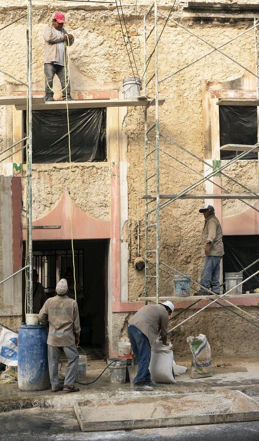 Les ouvriers reconstituent un bâtiment de décomposition à Mérida, Yucatan, Mexique photos libres de droits