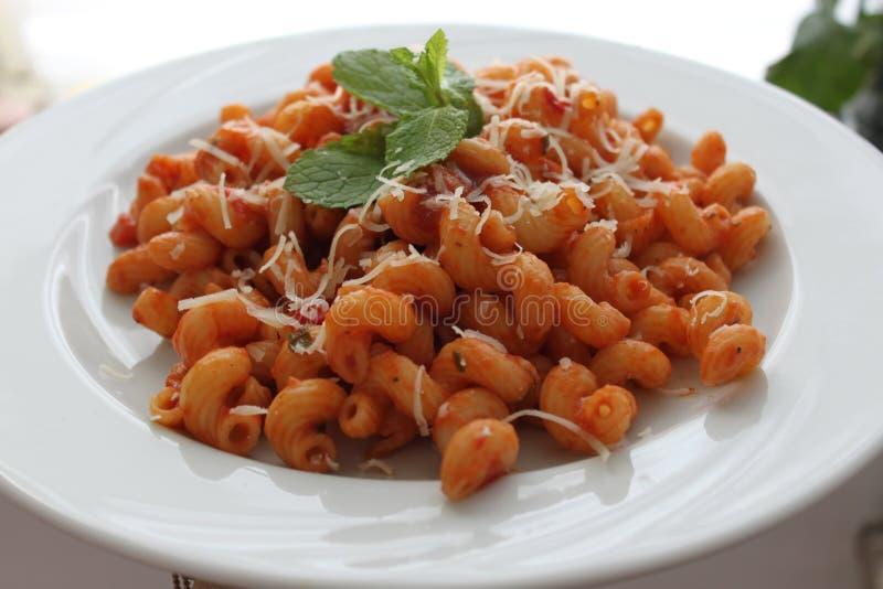 Les pâtes, Cellentani, mangent, culinaire, Italie, nouille, yummi, parfait, tomate, menthe, décoration photo stock