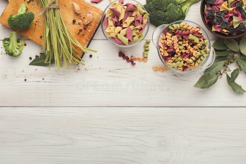 Les pâtes colorées assorties roulent sur le bois blanc, vue supérieure photographie stock libre de droits
