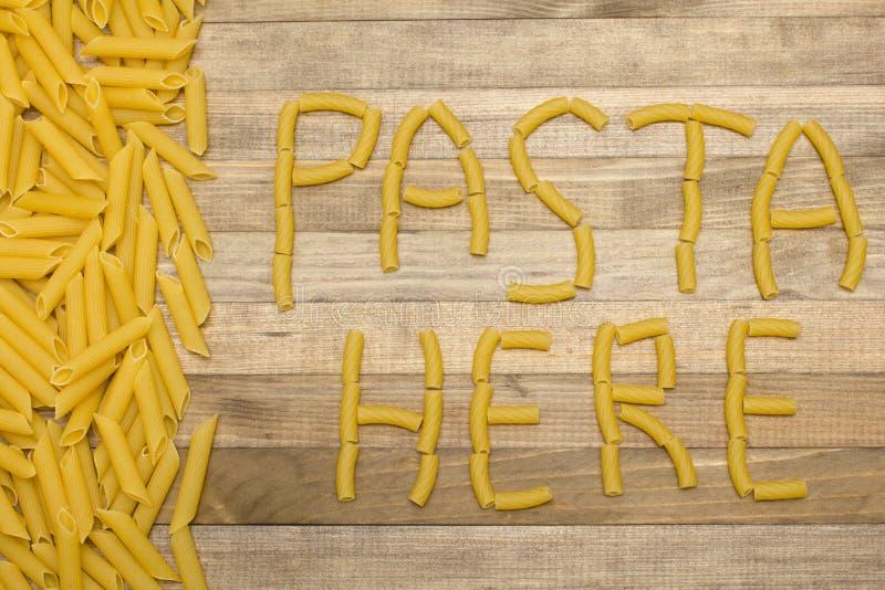 Les pâtes ici textotent fait des pâtes crues photographie stock libre de droits