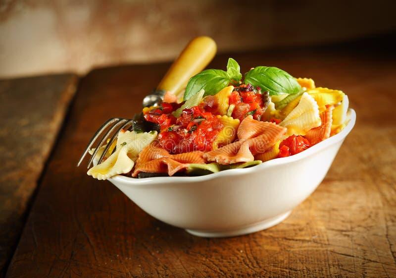 Pâtes italiennes colorées délicieuses de lien d'arc photos stock