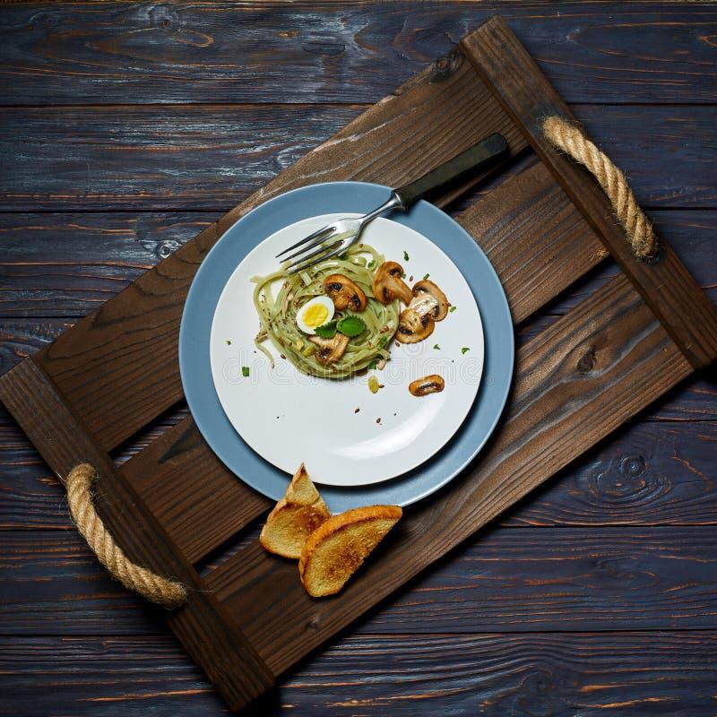 Les pâtes vertes d'épinards avec des légumes répandent des oeufs de tost et de caille de blé photo libre de droits