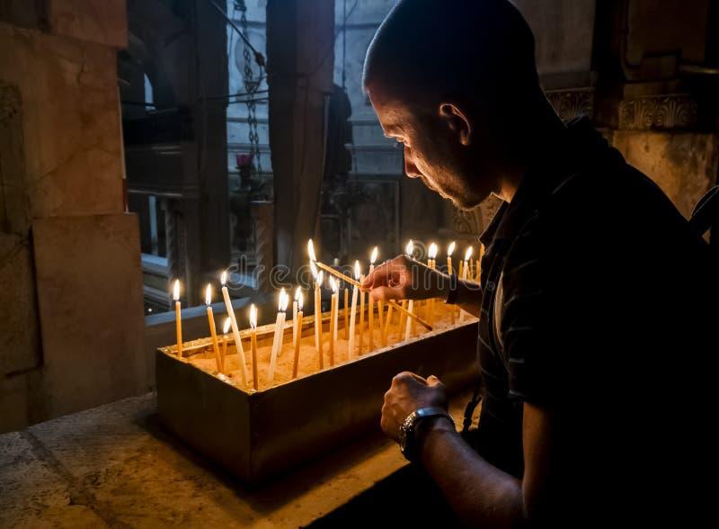 Les pèlerins ont allumé des bougies à l'église de la tombe sainte images libres de droits