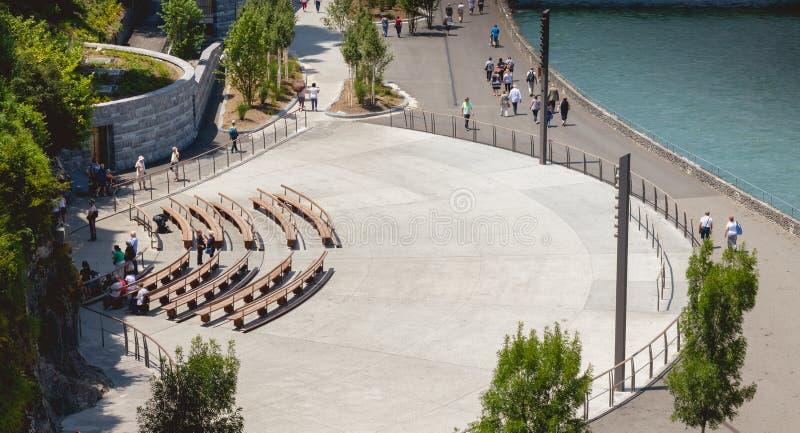 Les pèlerins se réunissent sur les bancs devant la grotte de Lourdes photographie stock libre de droits