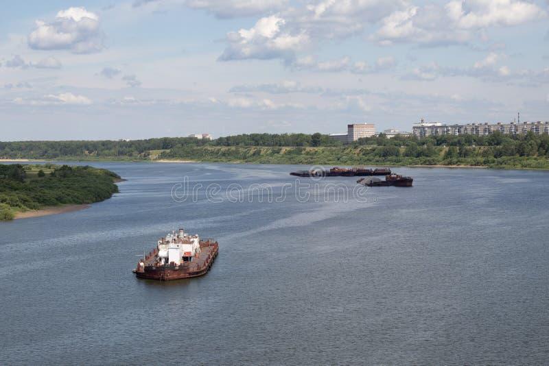 les péniches flottent en bas de la rivière avec la cargaison photo stock