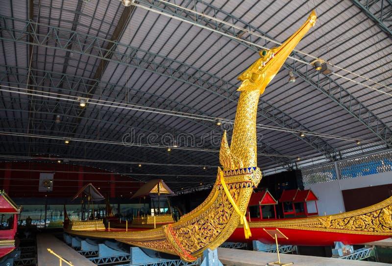 Les péniches royales thaïlandaises sont utilisées dans la famille royale pendant le cortège de reliogius de tradition au temple r photo stock