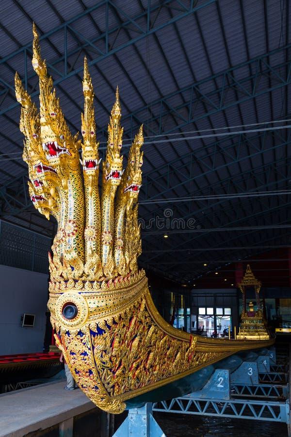 Les péniches royales thaïlandaises sont utilisées dans la famille royale pendant le cortège de reliogius de tradition au temple r image stock