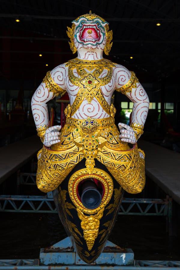Les péniches royales thaïlandaises sont utilisées dans la famille royale pendant le cortège de reliogius de tradition au temple r photo libre de droits