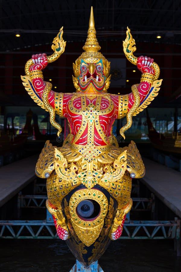 Les péniches royales thaïlandaises sont utilisées dans la famille royale pendant le cortège de reliogius de tradition au temple r photos libres de droits