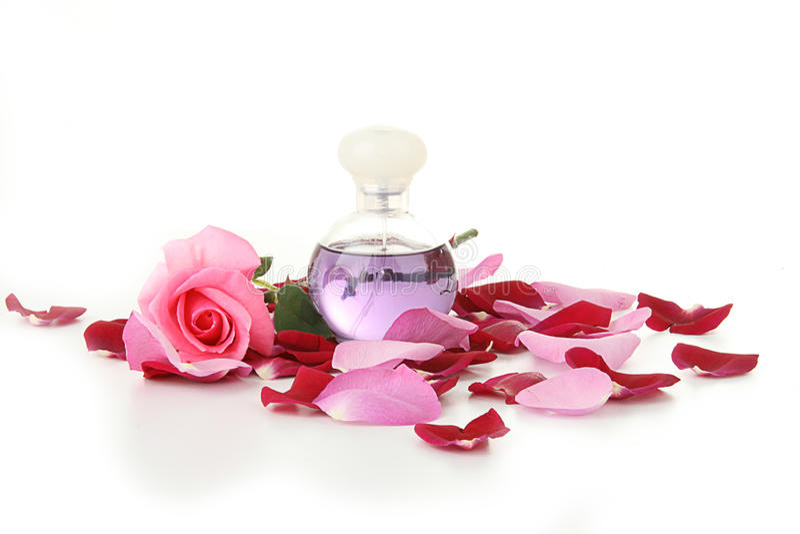 les pétales de parfum de féminité de bouteille se sont levés photo libre de droits