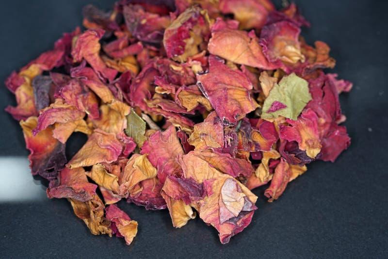 Les pétales de rose sont bons pour fumer les poissons et la viande images stock