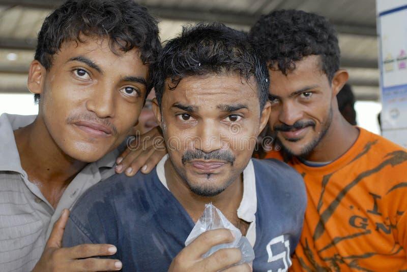 Les pêcheurs boivent l'eau du sachet en plastique transparent, Al Hudaydah, Yémen images libres de droits