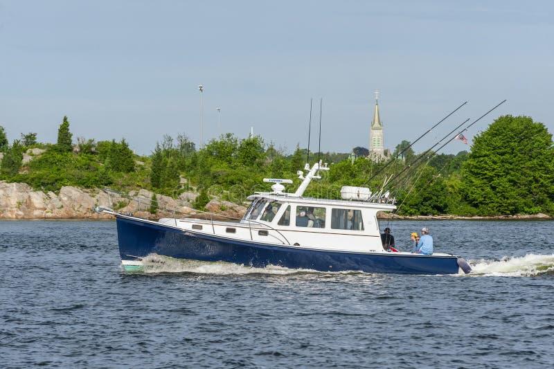 Les pêcheurs détendant en tant que têtes récréationnelles de bateau de pêche vers des buses aboient images stock