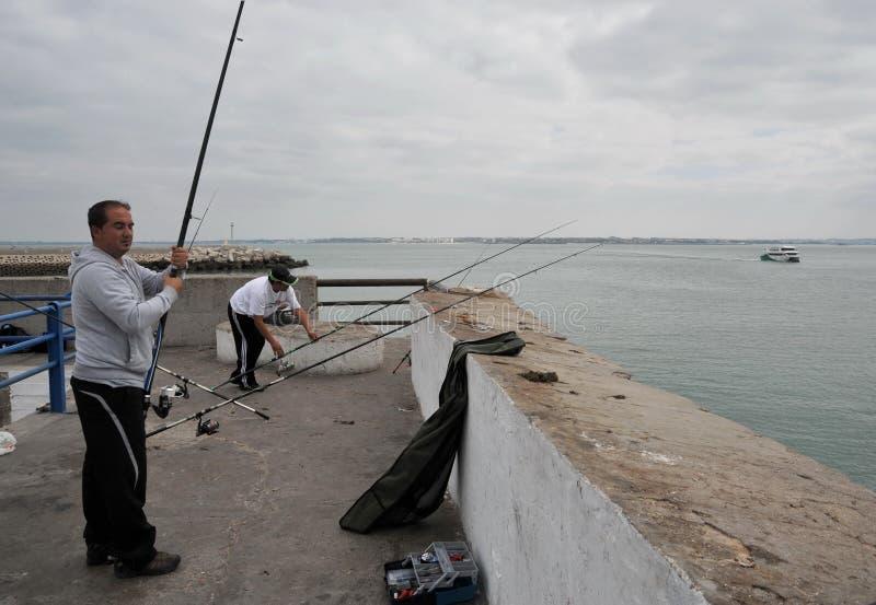 Les pêcheurs pêchent dans le port du port maritime de Cadix photos libres de droits