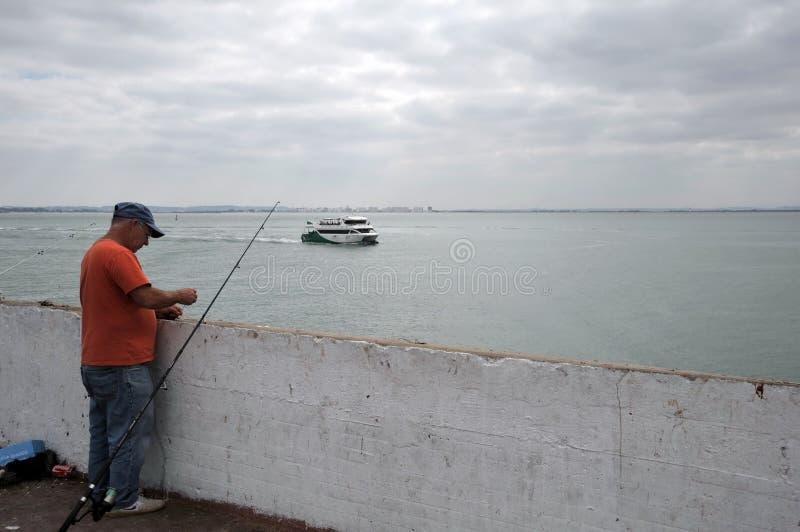 Les pêcheurs pêchent dans le port du port maritime de Cadix images libres de droits