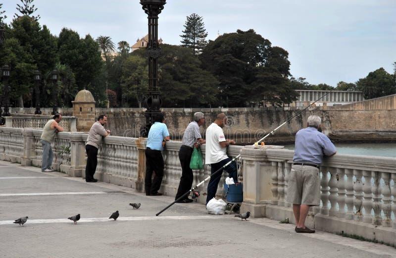 Les pêcheurs pêchent dans le port du port maritime de Cadix images stock