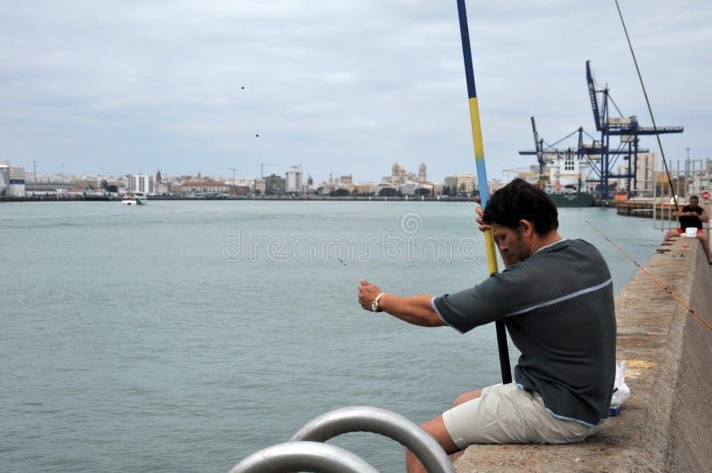 Les pêcheurs pêchent dans le port du port maritime de Cadix image stock