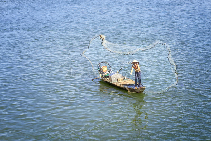 Les pêcheurs pêchent des poissons dans la pêche jetée par rivière photographie stock