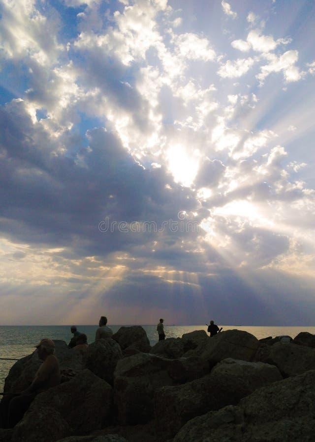 Les pêcheurs sur le fond d'un beau coucher du soleil pêchent avec enthousiasme des poissons photos libres de droits