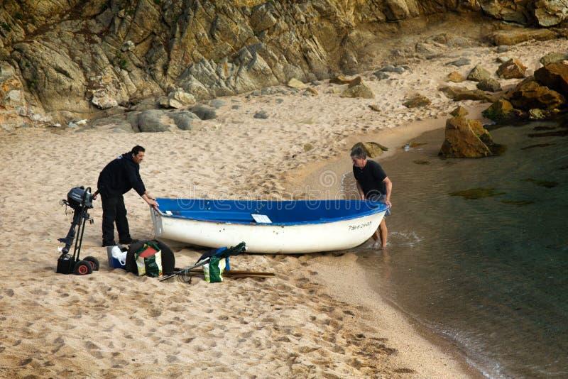 Les pêcheurs vont à la pêche maritime images stock