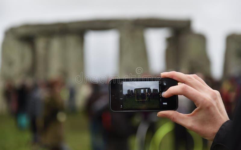 Les païens et les druides marquent le solstice d'hiver chez Stonehenge image stock