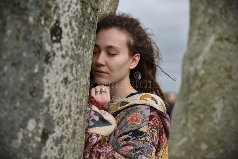 Les païens et les druides marquent le solstice d'hiver chez Stonehenge image libre de droits