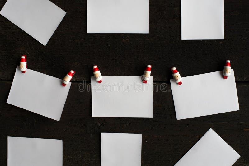 Les pages blanches du papier jointes à une corde cheville le concept de Noël photos stock