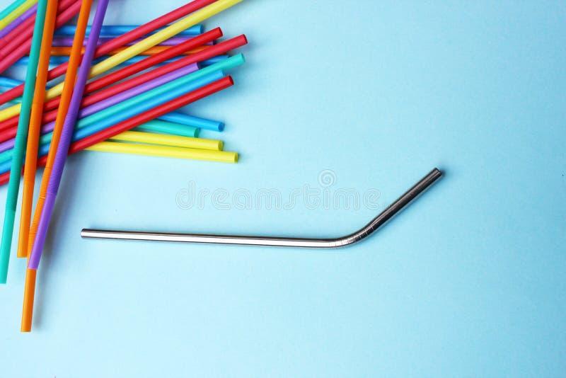 Les pailles de paille metal pleine page coloré potable en plastique réutilisable de fond photos libres de droits