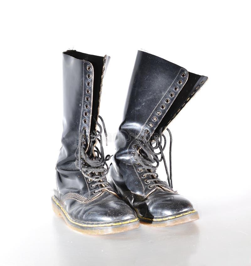 Les paires de 20 à hauteur de genou fournissent des oeillets les bottes à lacets noires images stock
