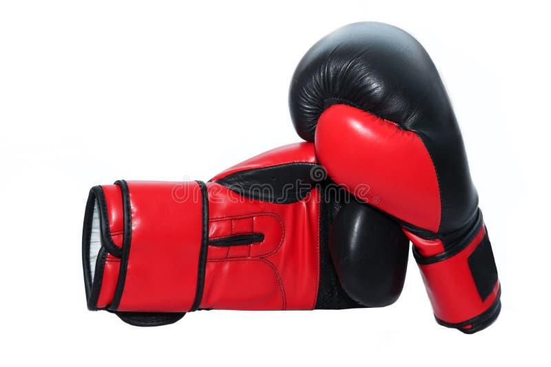 Les paires de gants de boxe en cuir rouges ont isolé le blanc photo libre de droits