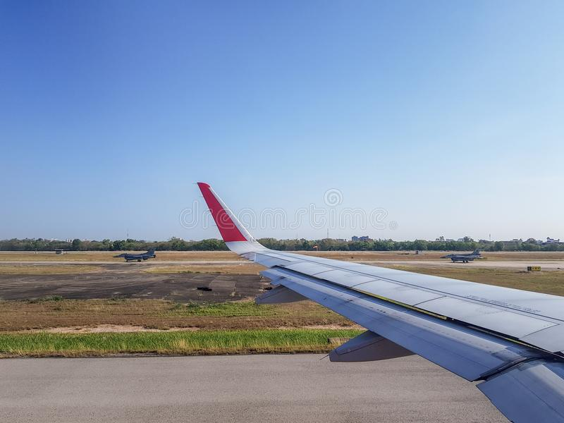 Les paires de la course d'avions de chasse de l'Armée de l'Air passent l'avion commercial dans l'aérodrome photos libres de droits