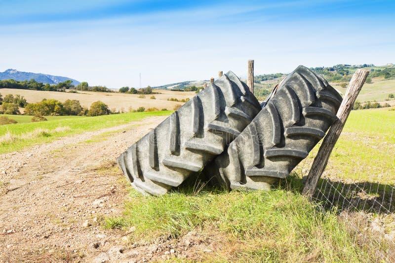 Les paires de pneus d'un grand tracteur démantelé et sont parties dans un Italien photo stock