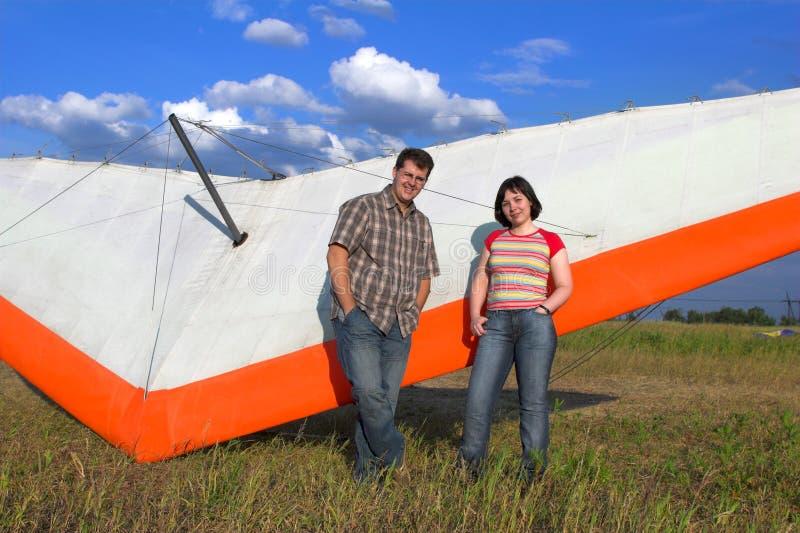 Les paires de sourire s'approchent de l'aile de paraglide images libres de droits