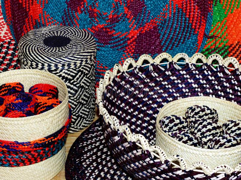 Les paniers en osier, les vases et les placemats ont fait à partir de la paille de toquilla, Equateur photographie stock libre de droits