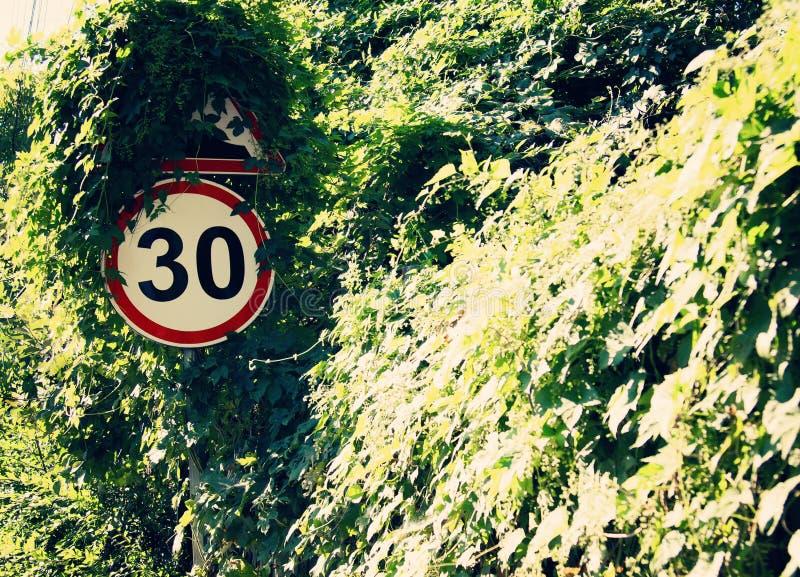 Les panneaux d'avertissement de bord de la route limitent la vitesse au kmh 30 Pour réduire des accidents fréquents images stock