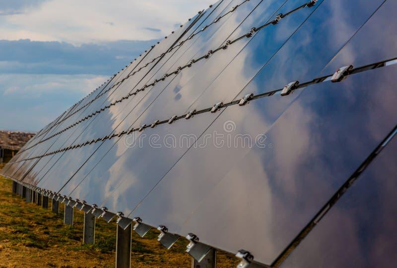 Les panneaux solaires dans le Colorado se penchent dedans vers le soleil image libre de droits