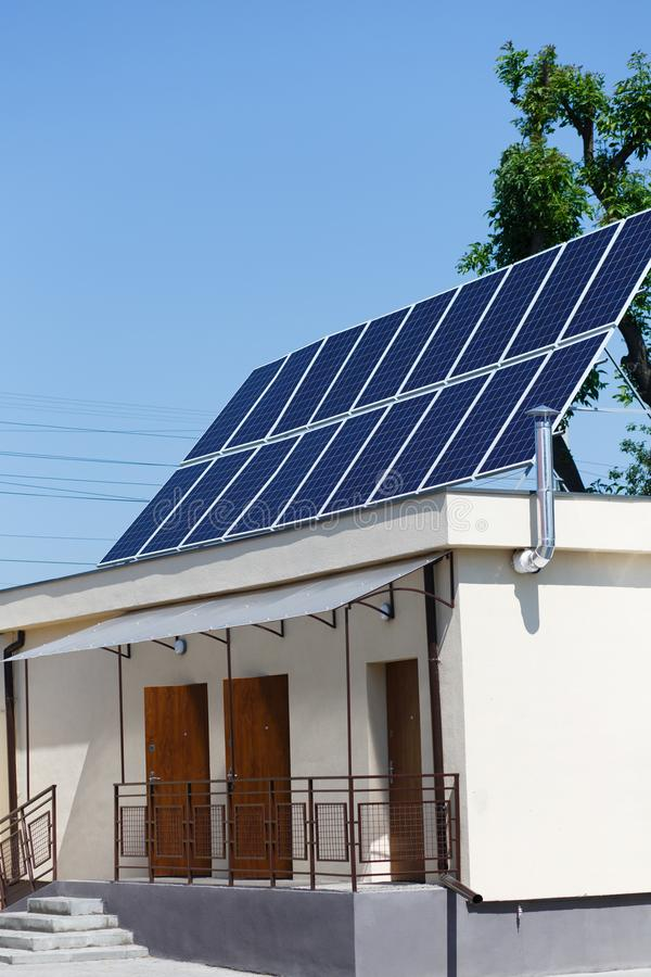Les panneaux solaires sur le toit, énergie de substitution - exposez au soleil les batteries sur le priv photo stock