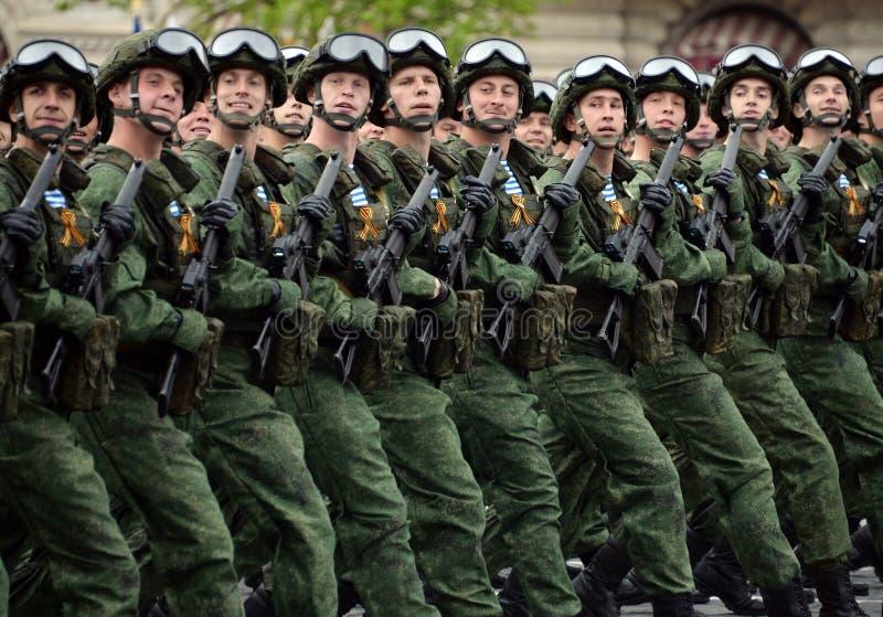 Les parachutistes du 331st garde le régiment de parachute de Kostroma pendant la répétition générale du défilé sur la place rouge photographie stock libre de droits