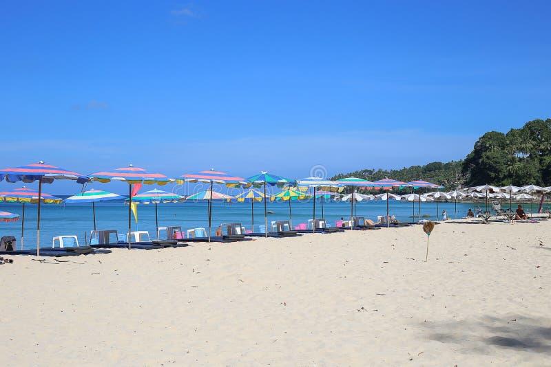 Les parapluies dans un beau jour sur Surin échouent à Phuket Thaïlande photographie stock libre de droits