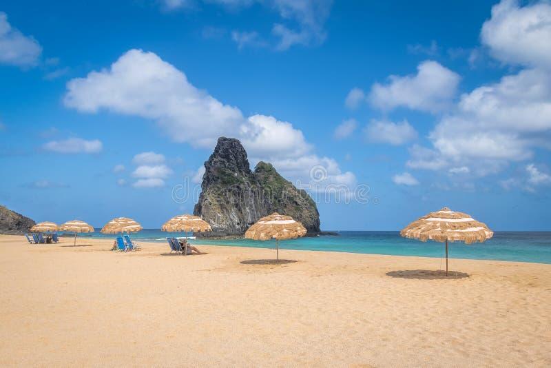 Les parapluies de plage chez Cacimba font la plage d'aumônier et le Morro Dois Irmaos - le Fernando de Noronha, Pernambuco, Brési photos stock