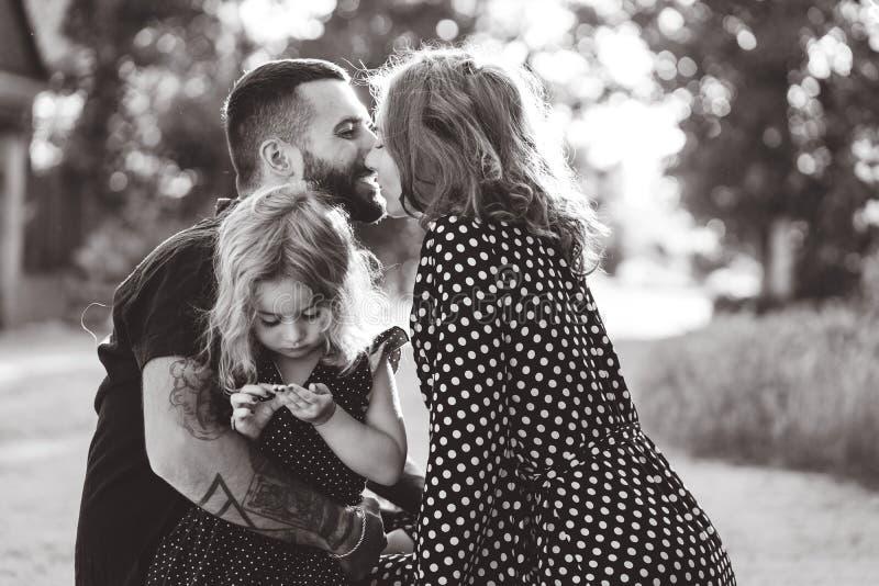 Les parents aimants marchent avec leur petite fille photographie stock