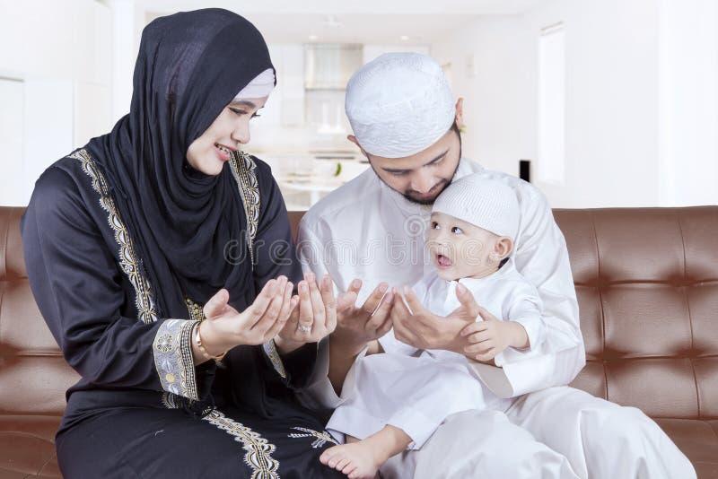 Les parents arabes enseignent leur fils à prier photo libre de droits