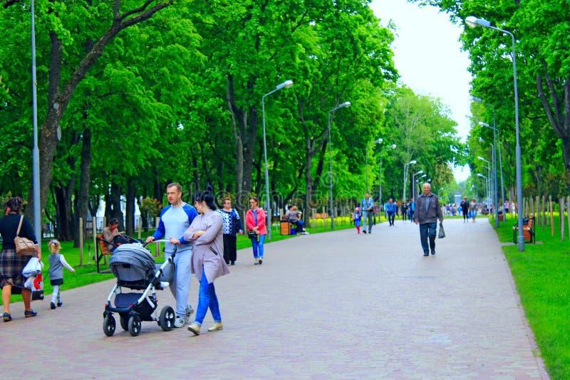 Les parents avec leurs enfants ont un repos dans le parc photo libre de droits