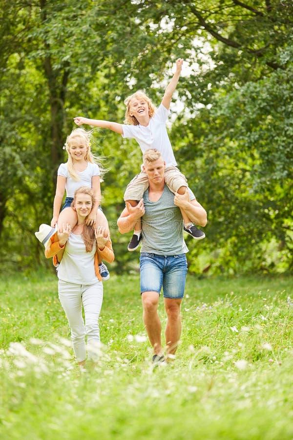 Les parents font un voyage dans la nature photographie stock