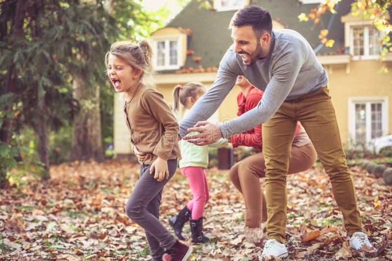 Les parents ont le jeu avec des enfants Saison d'automne photographie stock