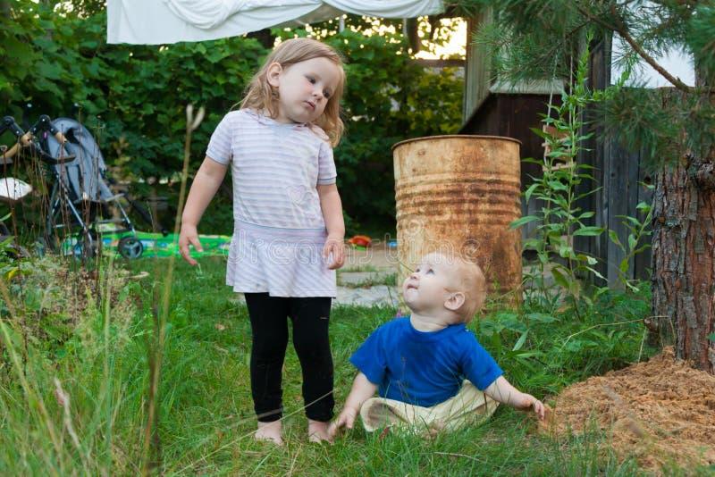 Les parents ont porté les enfants au village pour le week-end photos libres de droits