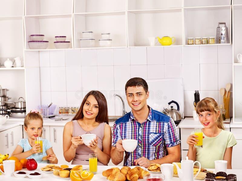 Les parents préparent le petit déjeuner images libres de droits