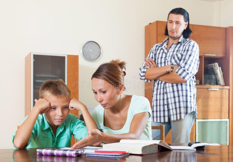 Les parents réprimande son fils de sous-performant image stock